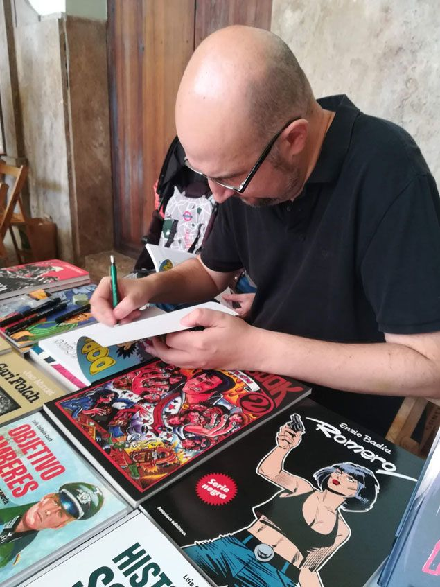 Vicente Montalbá firmando